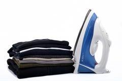 Pile de blanchisserie avec des fers photos stock