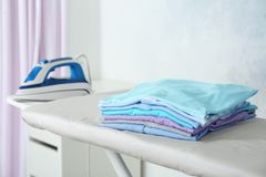 Pile de blanchisserie sur la planche à repasser, photographie stock libre de droits