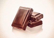 Pile de blocs de chocolat sur le fond blanc Photographie stock libre de droits