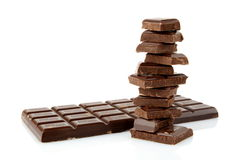 Pile de blocs de chocolats sur le fond blanc Photos stock