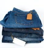 pile de blues-jean pliées avec les étiquettes vides images libres de droits