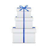 Pile de boîte-cadeau blancs avec le ruban bleu et l'arc Photographie stock libre de droits
