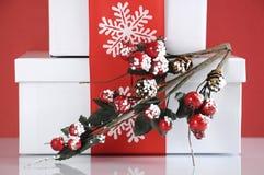 Pile de boîte-cadeau rouges et blancs de fête de Noël de thème - plan rapproché Photo libre de droits
