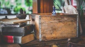 Pile de boîte en bois et de livre sur le Tableau images libres de droits
