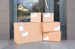 Pile de boîtes de colis sur le plancher photo stock