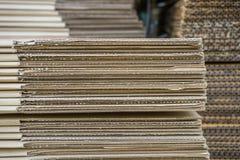 Pile de boîtes en carton ondulé vue d'egde de boxe aplati Photo libre de droits