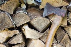 Pile de bois avec une hache Image libre de droits