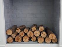 Pile de bois de chauffage prête pour la cheminée divisée Image libre de droits