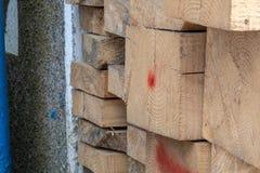 Pile de bois de construction en bois de pin de conseils en bois approximatifs naturels sur le chantier image stock