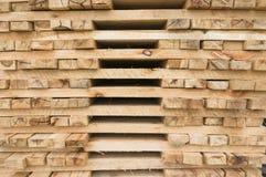 Pile de bois de charpente empilé d'ébauche à une scierie photos stock