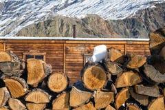 Pile de bois de chauffage au fond de montagnes Scène rurale Images stock