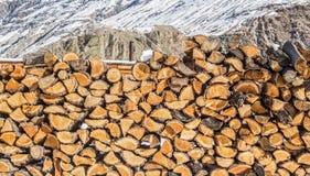Pile de bois de chauffage au fond de montagnes Scène rurale Photos stock