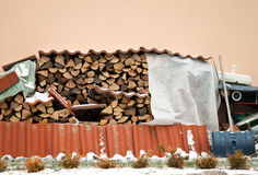 Pile de bois de chauffage contre le mur. Photos libres de droits