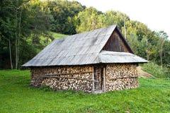 Pile de bois près de la maison Photographie stock