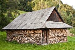 Pile de bois près de la maison photos libres de droits