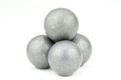 Pile de 4 boules de mousquet sur le blanc Images libres de droits