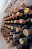 Pile de bouteilles dans la cave images stock