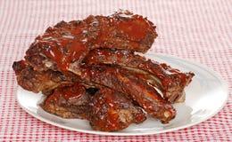 Pile de côtes découvertes de boeuf de barbecue avec de la sauce Photo libre de droits