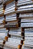 Pile de cadre de palettes sur un chantier de construction Photo stock