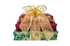 Pile de cadres de cadeau enveloppés avec la bande et la proue Image libre de droits