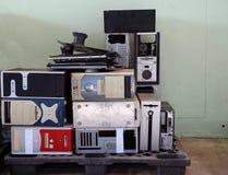 Pile de caisse utilisée obsolète d'ordinateur sur la palette C'est la clôture qui contient la plupart des composants des cas d'un photos libres de droits