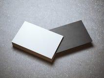 Pile de cartes de visite professionnelle de visite blanches avec un noir Photographie stock