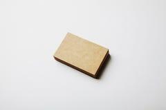 Pile de cartes vierges d'entreprise artisanale sur le fond blanc Image stock