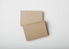 Pile de cartes vierges d'entreprise artisanale sur le fond blanc avec les ombres molles Photos libres de droits