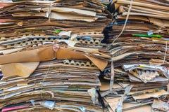 Pile de cartons et de papier attendant pour être pris en les camions à ordures Concept de la réutilisation du papier de rebut ou image libre de droits