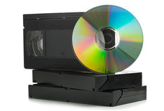 Pile de cassettes vidéo analogues avec le disque de DVD Photographie stock