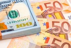 Pile de cent billets d'un dollar américains et d'euro billets de banque Photographie stock libre de droits