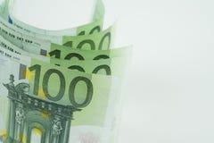 Pile de cent euro billets de banque sur le fond blanc Photographie stock