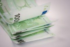 Pile de cent euro billets de banque sur le fond blanc Photos libres de droits