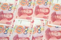 Pile de cent factures chinoises de yuans comme fond d'argent Photo libre de droits