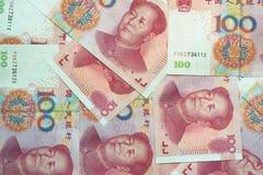 Pile de cent factures chinoises de yuans comme fond d'argent Image libre de droits