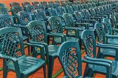 Pile de chaise en plastique verte dans la place de ville Photographie stock libre de droits