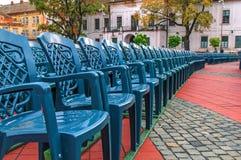 Pile de chaise en plastique verte dans la place de ville Photographie stock