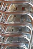 Pile de chaises en aluminium dans un restaurant images libres de droits