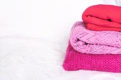 Pile de chandails roses sur le blanc photos libres de droits