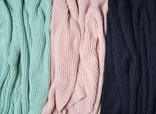 Pile de chandails tricotés en gros plan Fond des vêtements Femmes et x27 ; garde-robe de s Photographie stock libre de droits