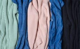 Pile de chandails tricotés et de jeans en gros plan Fond des vêtements Femmes et x27 ; garde-robe de s Photographie stock