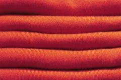 Pile de chandails tricotés de laine rouges plan rapproché, texture, fond photos stock