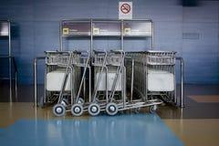 Pile de chariot à aéroport images libres de droits