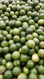 Pile de chaux verte dans le supermarché Image libre de droits