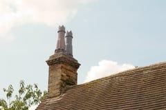 Pile de cheminée sur le toit du bâtiment de Tudor image stock