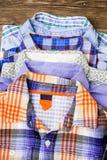 Pile de chemises colorées d'enfants Image libre de droits