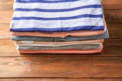 Pile de chemises colorées sur le fond Photographie stock