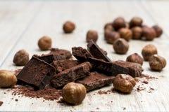 Pile de chocolat avec des écrous Images stock