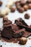 Pile de chocolat avec des écrous Image libre de droits