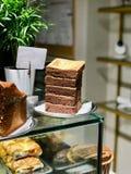 Pile de chocolat Brownie Pieces au magasin de café photographie stock libre de droits